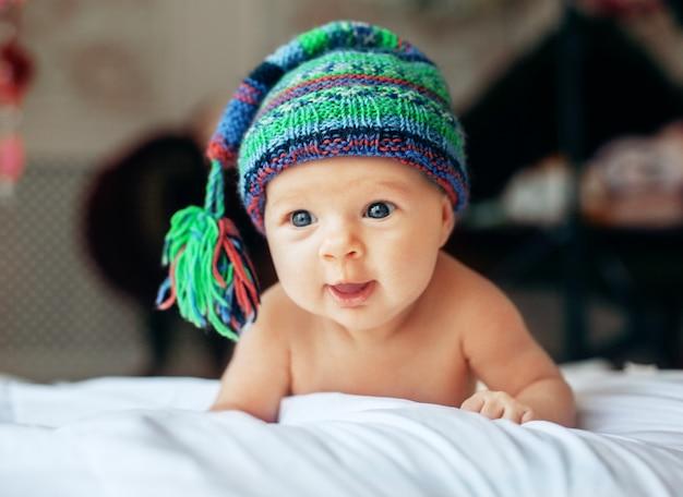 Hermoso bebé en gorro de punto. el concepto del recién nacido y la familia.
