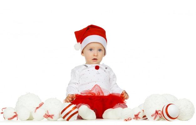Hermoso bebé gracioso en un sombrero de navidad