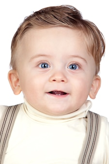 Hermoso bebé rubio con ojos azules aislado sobre fondo blanco
