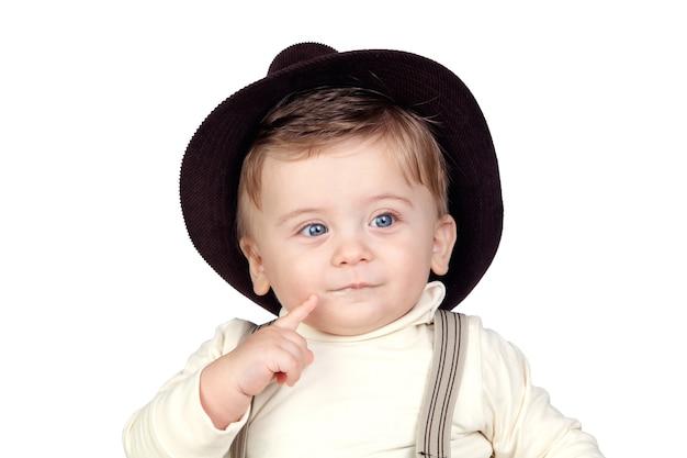 Hermoso bebé rubio con sombrero aislado sobre fondo blanco