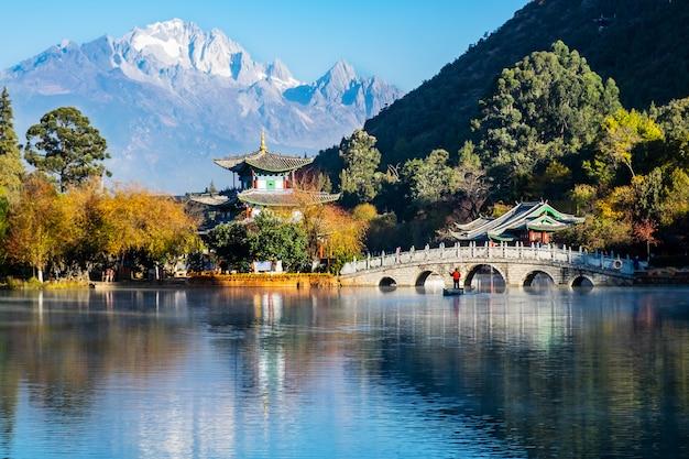 Hermoso de black dragon pool con jade dragon snow mountain, punto de referencia y lugar popular para las atracciones turísticas cerca del casco antiguo de lijiang. lijiang, yunnan, china