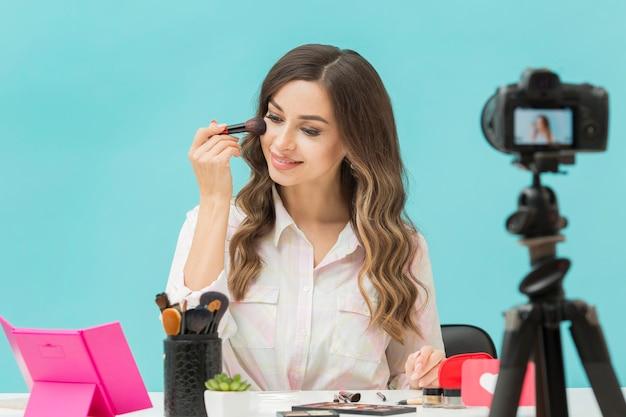 Hermoso blogger grabando video de maquillaje