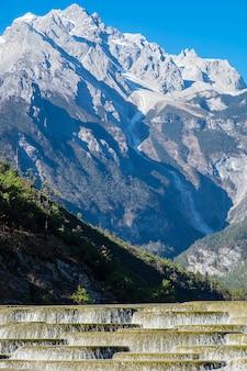 Hermoso del blue moon valley, punto de referencia y lugar popular para las atracciones turísticas dentro del área escénica jade dragon snow mountain (yulong), cerca del casco antiguo de lijiang. lijiang, yunnan, china