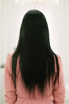 Hermoso cabello largo y moreno