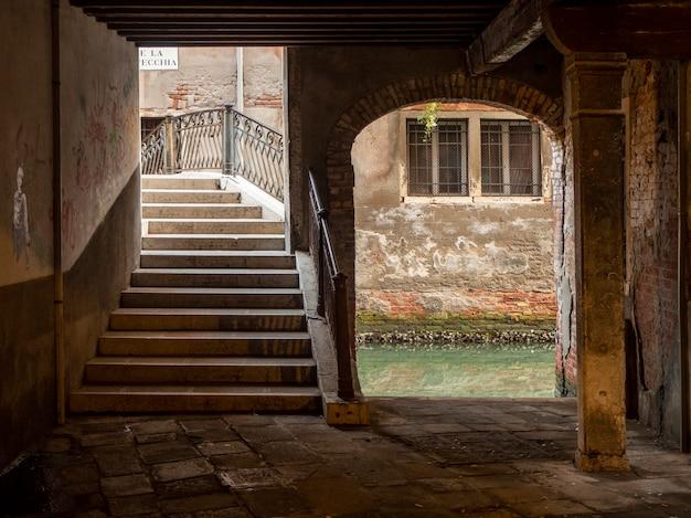 Hermoso callejón de venecia.
