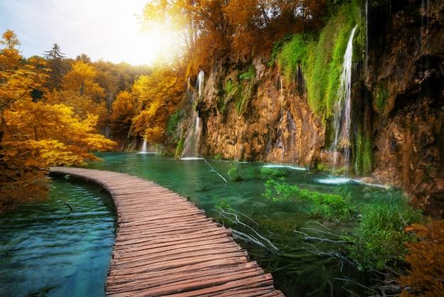 Hermoso camino de madera en el lago de plitvice, croacia.