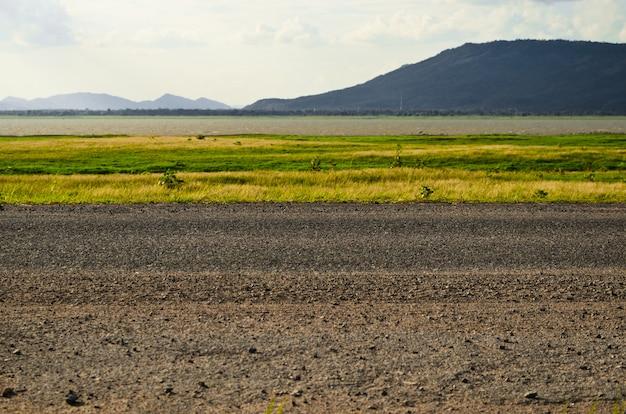 Hermoso camino rural y cielo.