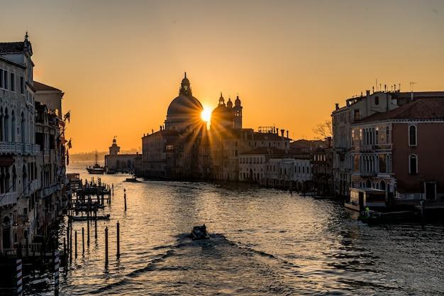 Hermoso canal del gran canal en italia por la noche con luces que se reflejan en el agua