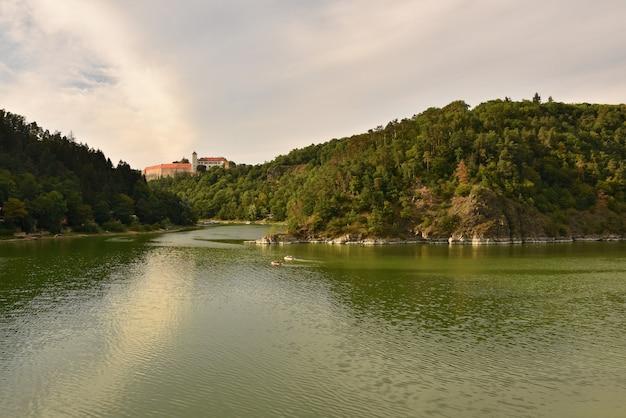 Hermoso castillo viejo bitov en el bosque sobre la presa. presa de vranov moravia del sur - república checa