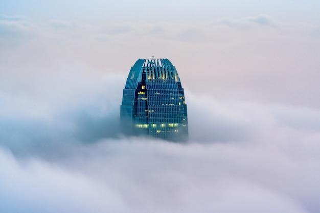 Hermoso centro financiero internacional, también conocido como el dedo de hong kong entre las nubes