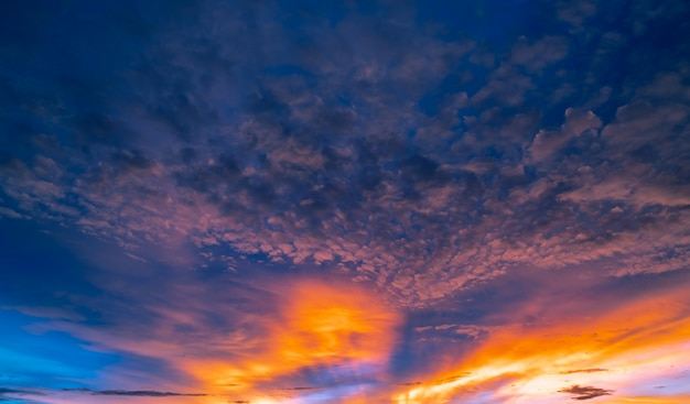 Hermoso cielo al atardecer. cielo dorado y naranja y nubes con rayo de sol. concepto de luz de dios