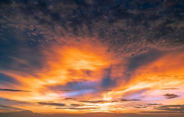 Hermoso cielo al atardecer. cielo dorado y naranja y nubes con rayo de sol.
