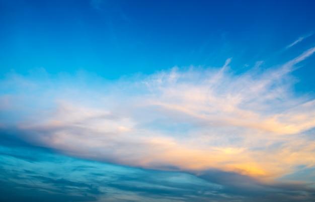 Un hermoso cielo azul al atardecer