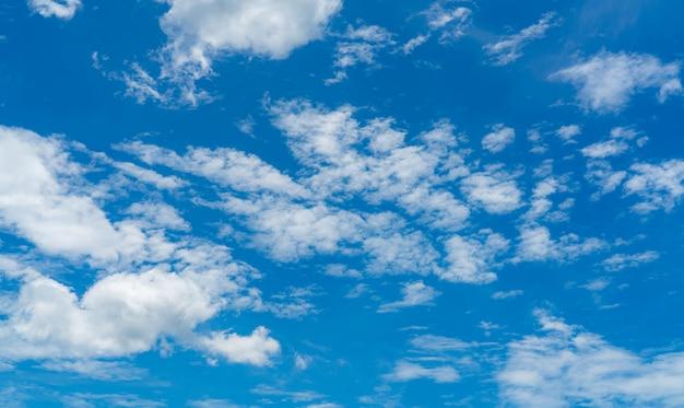 Hermoso cielo azul y blanco cúmulo