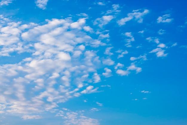 Hermoso cielo azul con nubes de aire blanco, enfoque de desenfoque