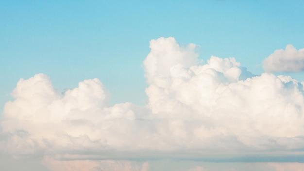 Hermoso cielo azul con nubes blancas