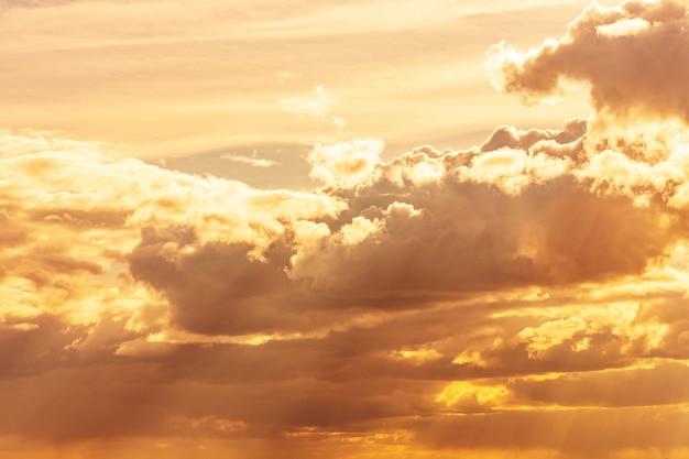 Hermoso cielo azul con nubes de pared. cielo nubes