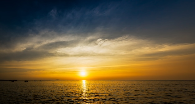 Hermoso cielo azul en la puesta del sol y la nube de desenfoque de movimiento en la costa del mar