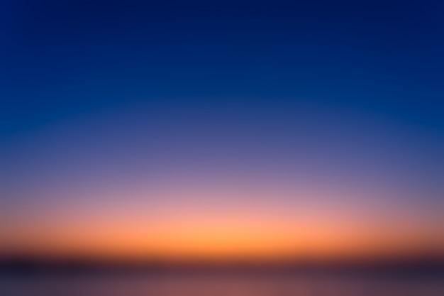 Hermoso cielo borroso antes del amanecer con un gradiente natural de cielo naranja y azul.