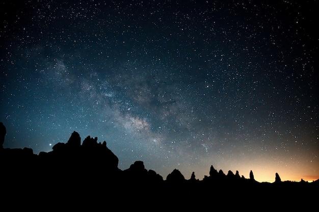 Hermoso cielo lleno de estrellas sobre trona, ca