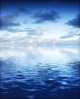 Hermoso cielo con el mar brillante