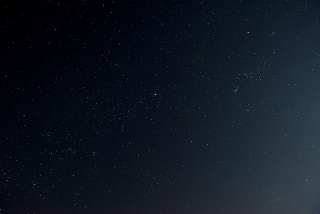 Hermoso cielo nocturno con estrellas brillantes