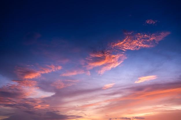 Hermoso cielo y nubes al atardecer