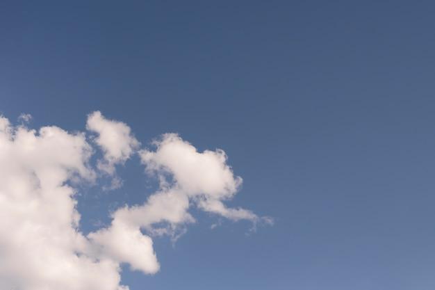 Hermoso cielo con nubes blancas