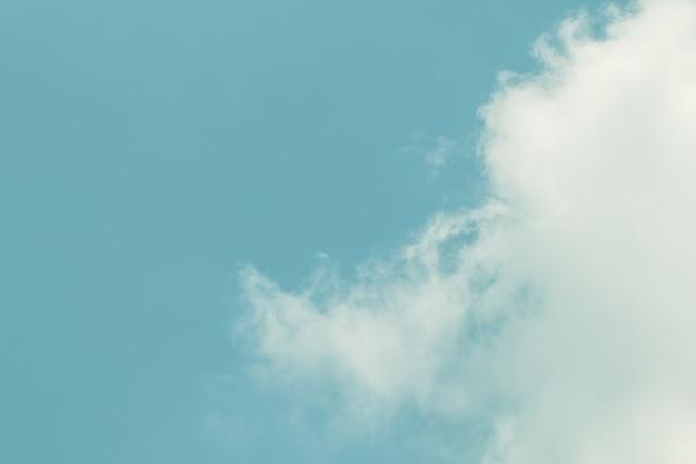 Hermoso cielo y nubes en color suave. nube suave en el tono azul del fondo del cielo.