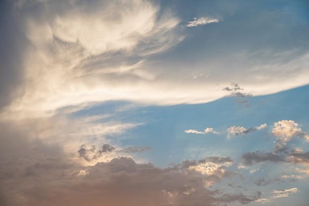 Hermoso cielo con nubes