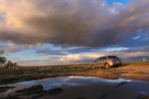 Hermoso cielo nublado y coche
