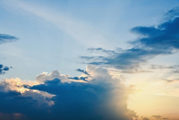 Hermoso cielo nublado con puesta de sol