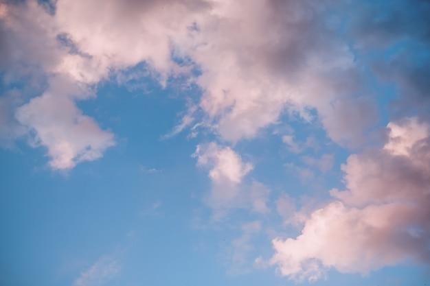 Hermoso cielo de la tarde con nubes de color rosa suave