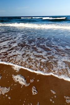 Hermoso clima soleado en la costa del mar báltico, clima frío de verano en la costa del mar báltico, paisaje marino en el mar en un día soleado con cielo azul y muchas olas en el agua