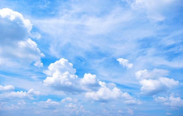 Hermoso color degradado del cielo de blanco a azul, para un fondo de frescura y papel tapiz