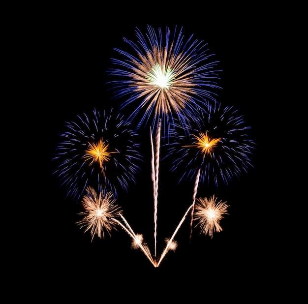 Hermoso colorido espectáculo de fuegos artificiales en la noche de celebración