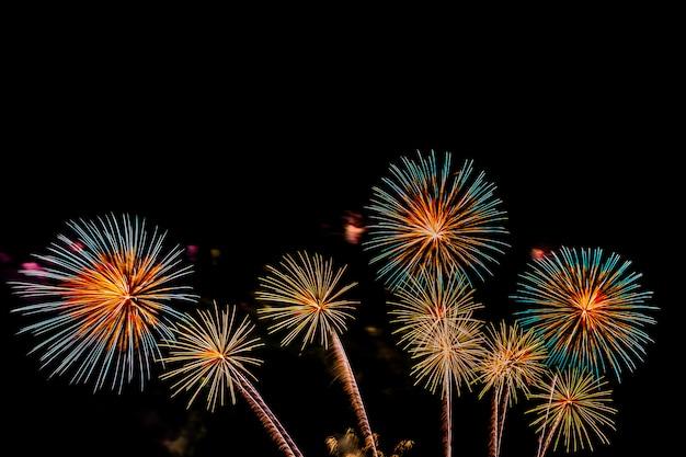 Hermoso colorido espectáculo de fuegos artificiales en la noche para celebrar