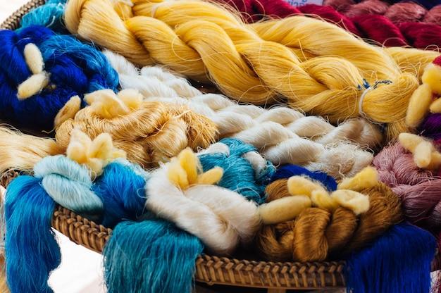 Hermoso colorido de hilo de seda