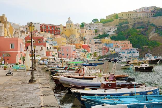 Hermoso y colorido puerto de la isla de procida, nápoles, italia