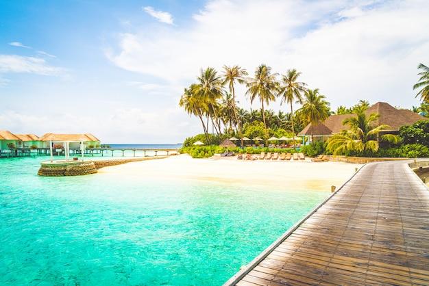 Hermoso complejo hotelero tropical de maldivas e isla con playa y mar