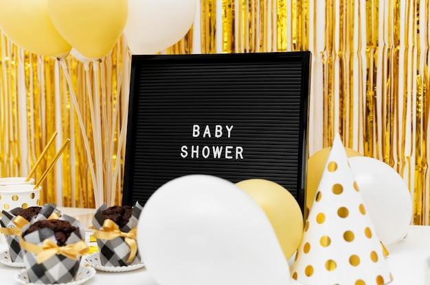 Hermoso concepto de baby shower con espacio de copia