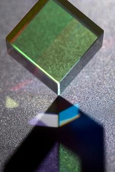 Hermoso concepto con desviación de luz de prisma