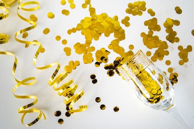 Hermoso concepto dorado con lentejuelas y cintas