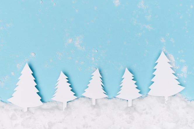 Hermoso concepto de invierno con árbol de navidad de papel