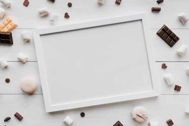 Hermoso concepto de marco en blanco