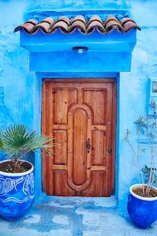 Hermoso conjunto diverso de puertas azules de ciudad azul.