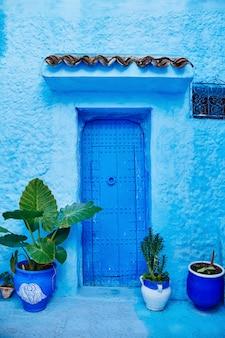Hermoso conjunto diverso de puertas azules de la ciudad de marruecos.