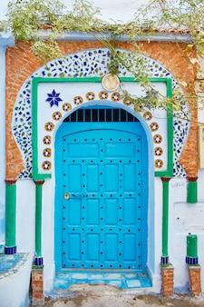 Hermoso conjunto diverso de puertas azules marruecos.