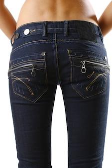 Hermoso cuerpo de mujer con jeans elegantes