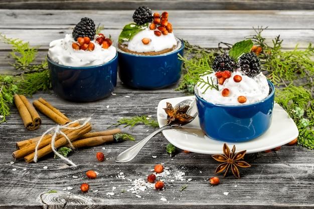 Hermoso cupcake navideño con crema y bayas